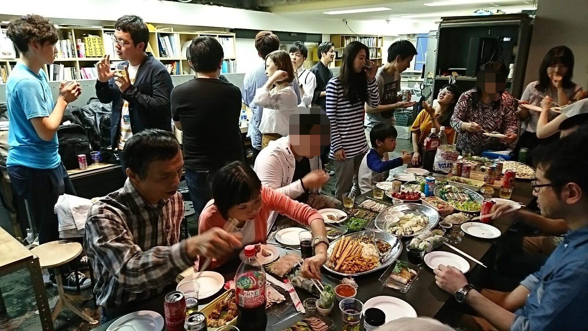 懇親会では食事の仕方やマナーについても情報交換しています。この日はエスニック料理