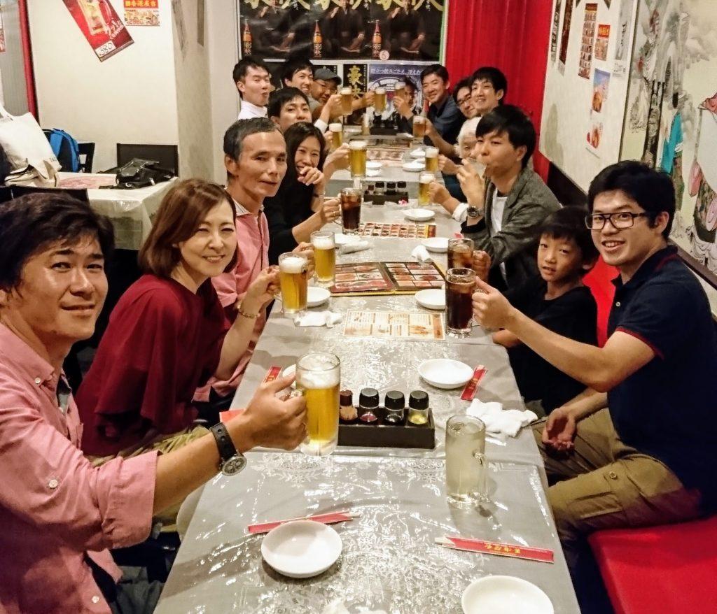 懇親会では食事の仕方やマナーについても情報交換しています。近隣の香港料理店にて