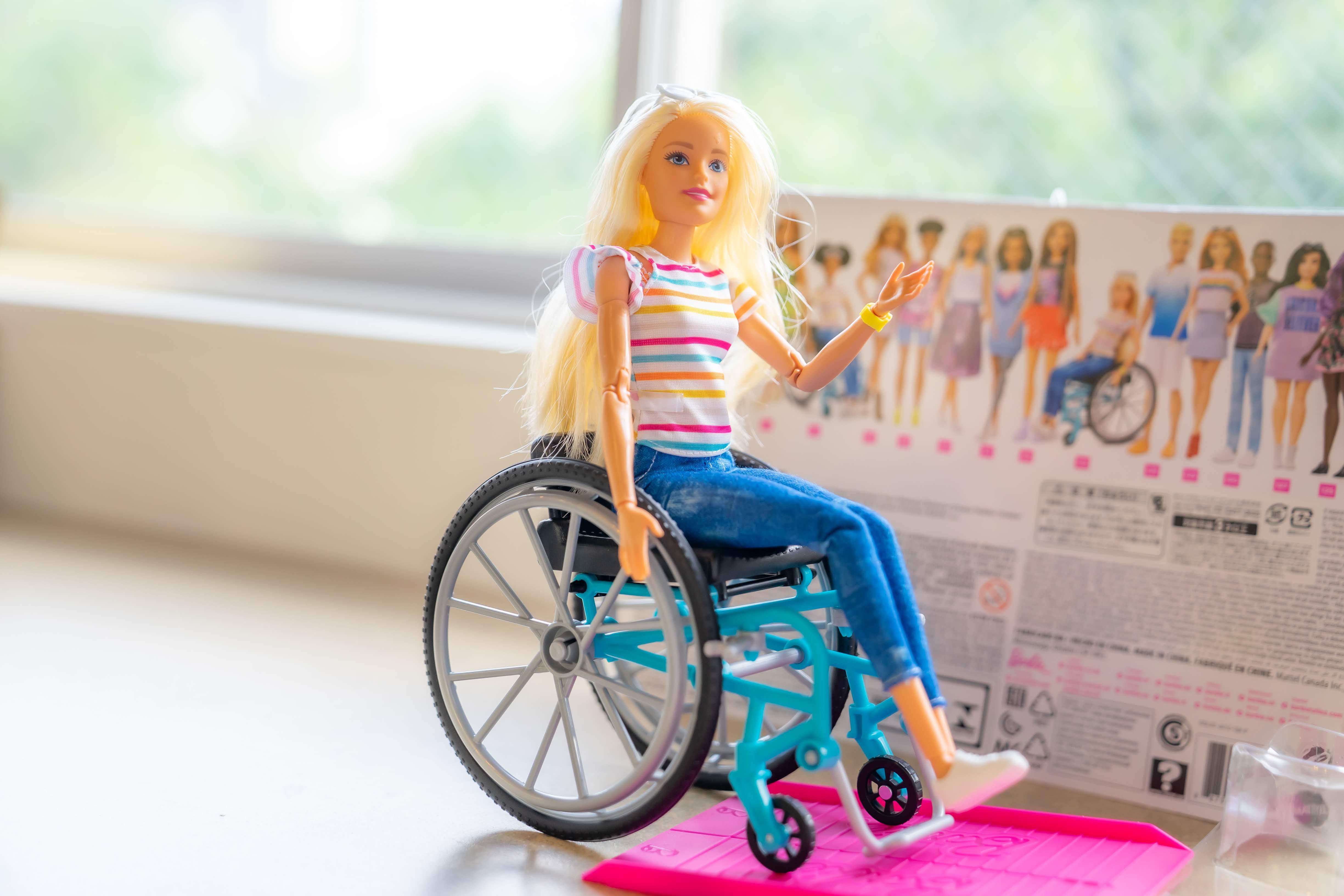車椅子に乗ったバービー
